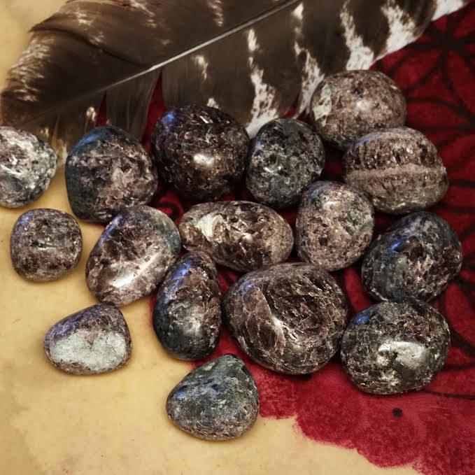 Tumbled axinite